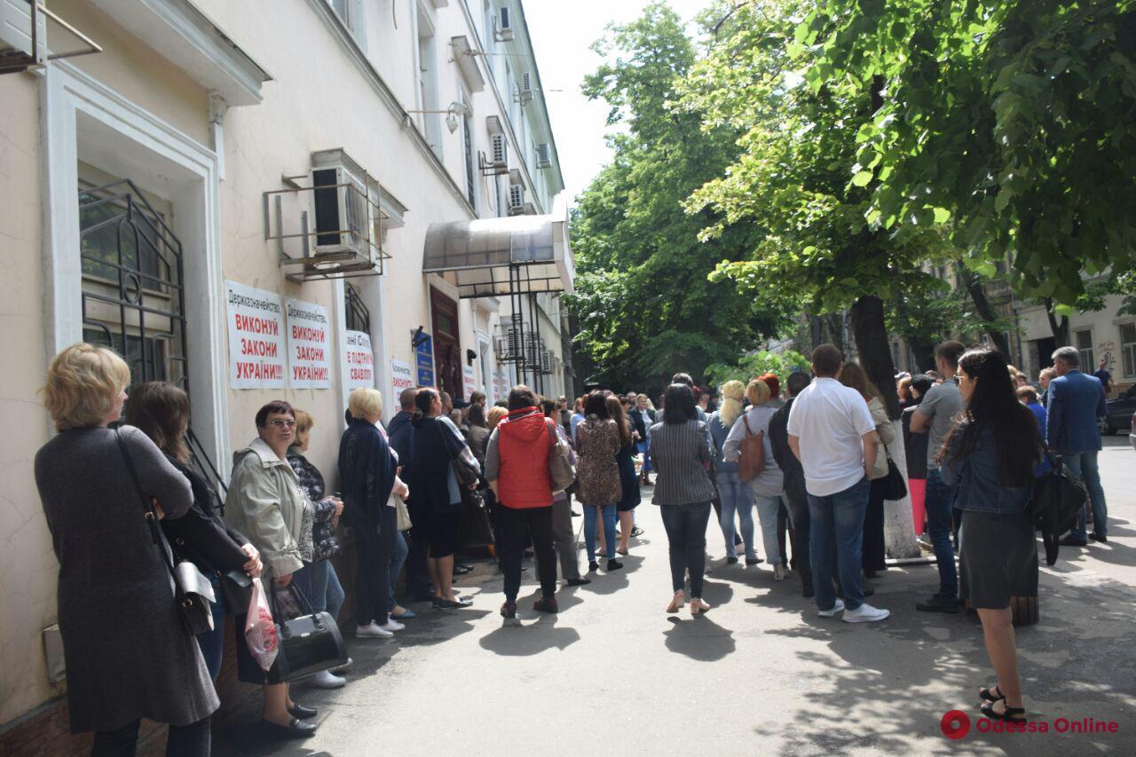 Сотрудники Одесского медуниверситета пикетируют здание Госказначейства
