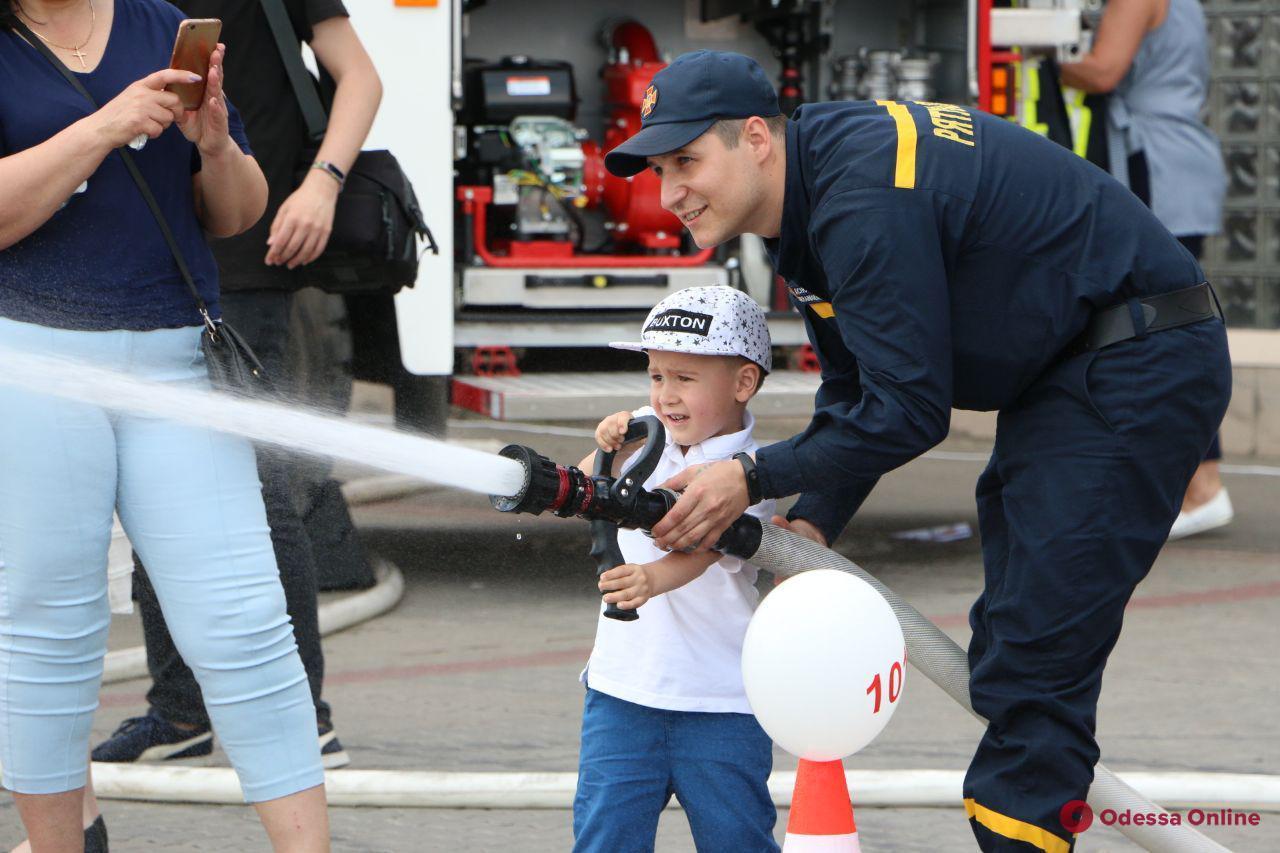 Одесситы учились тушить пожар и управлять спасательным катером (фото)