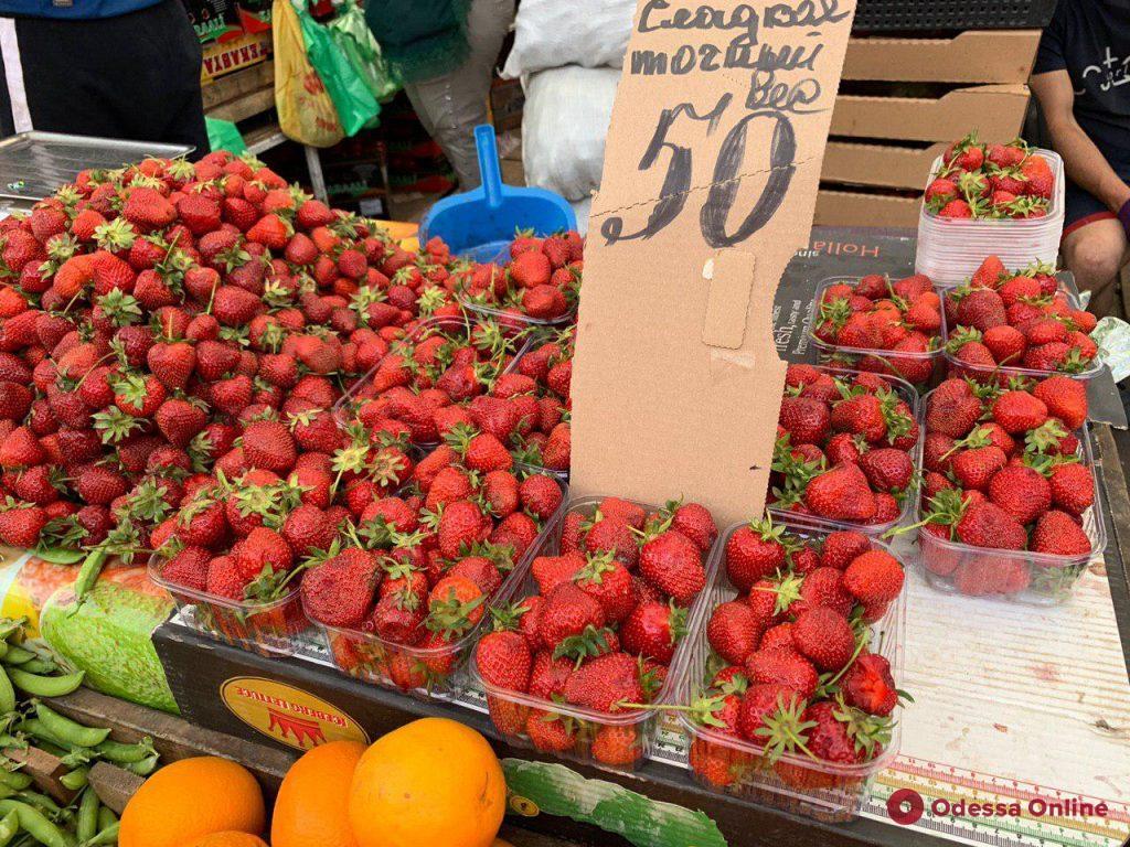 Персики, абрикосы и черешня: воскресные цены на одесском «Привозе»