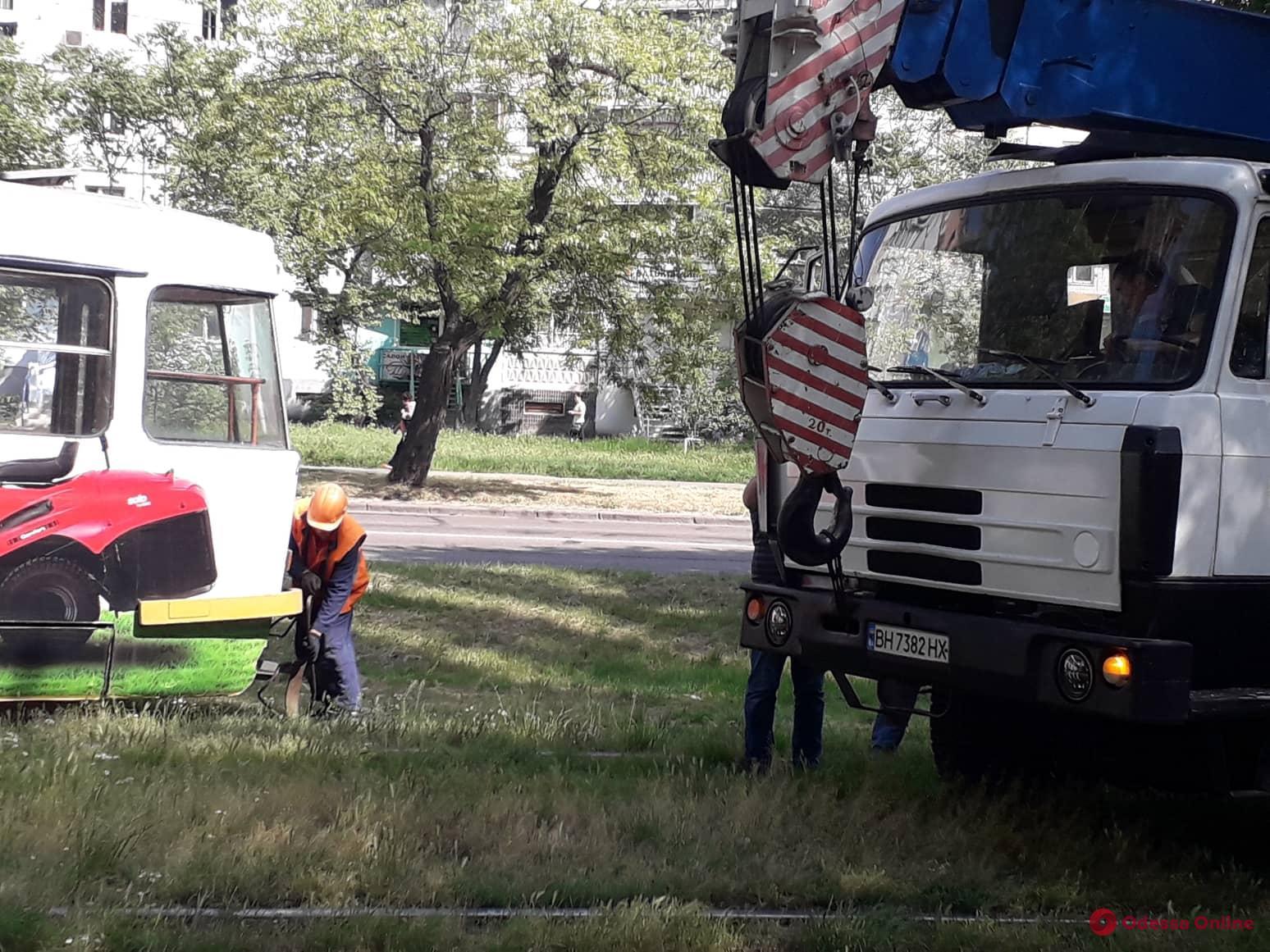 На поселке Котовского трамвай сошел с рельсов (фото)
