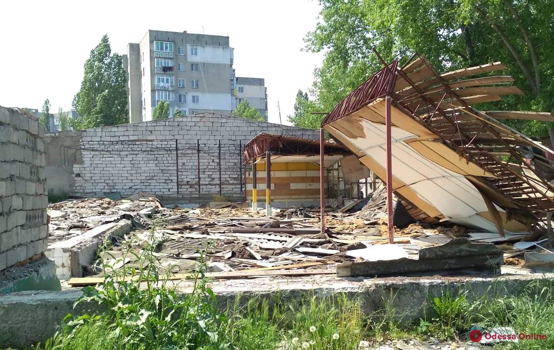 В Белгороде-Днестровском охотники за металлом распилили бывший универмаг (видео)