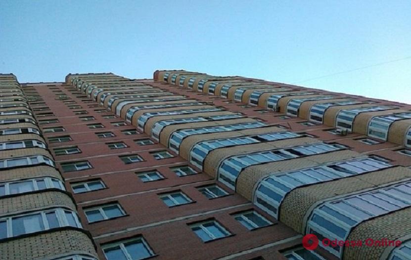 На Таирова женщина выпрыгнула из окна девятого этажа