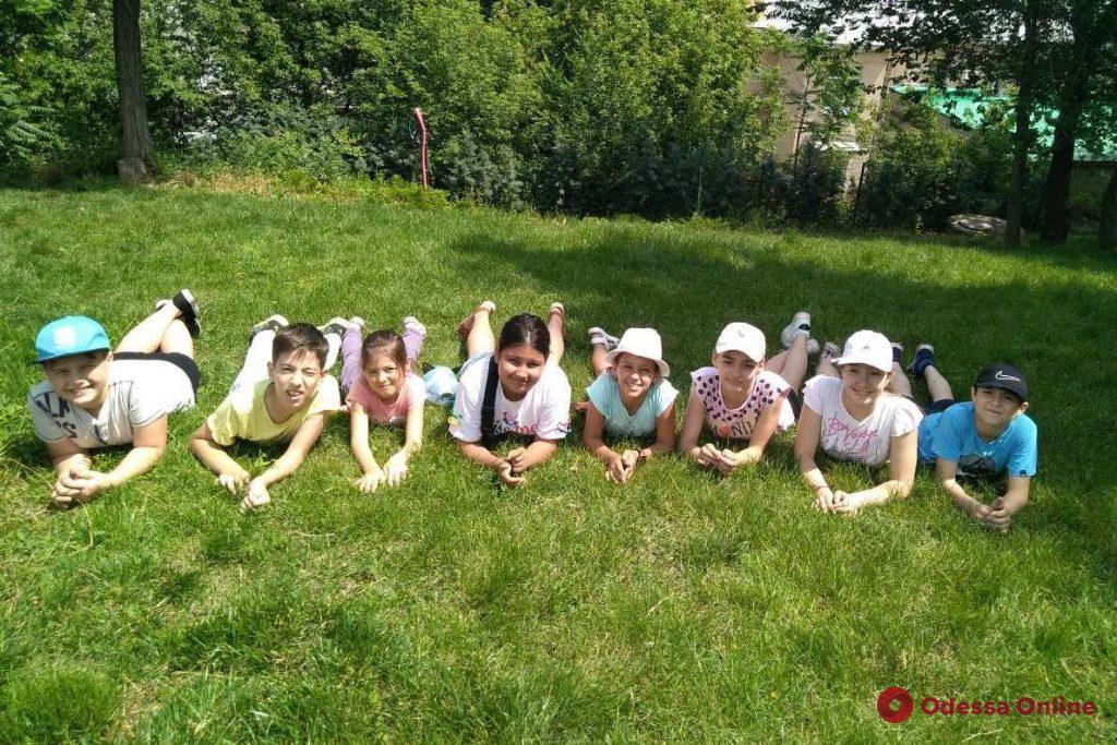 Иностранные языки, развлечения и спорт: в Одессе начали работу пришкольные лагеря
