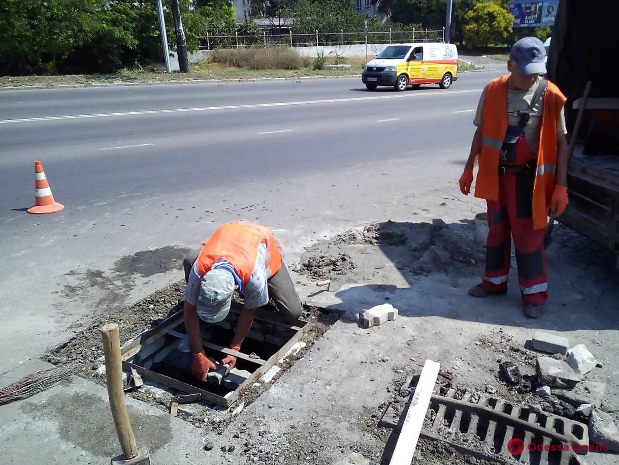 В Одессе чистят ливневки (фото)