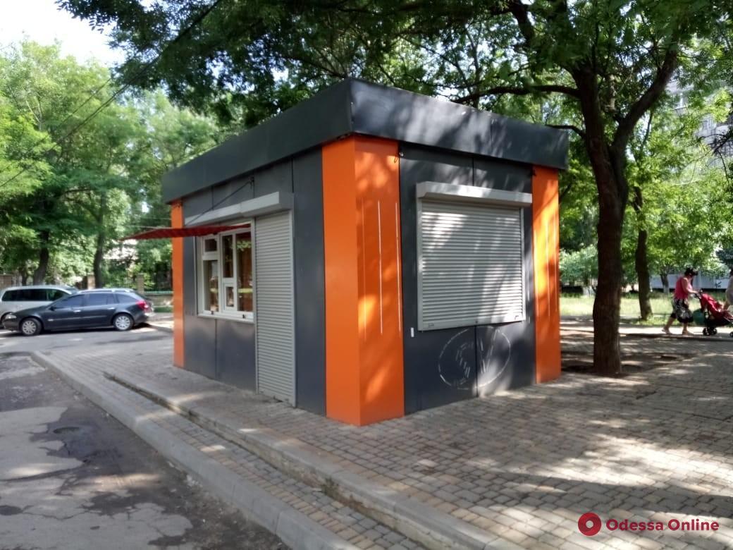 В Одессе сносят незаконные МАФы и терминалы пополнения счета