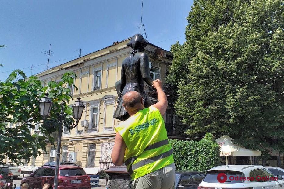 Одесские коммунальщики обрабатывают специальным раствором бронзовые памятники