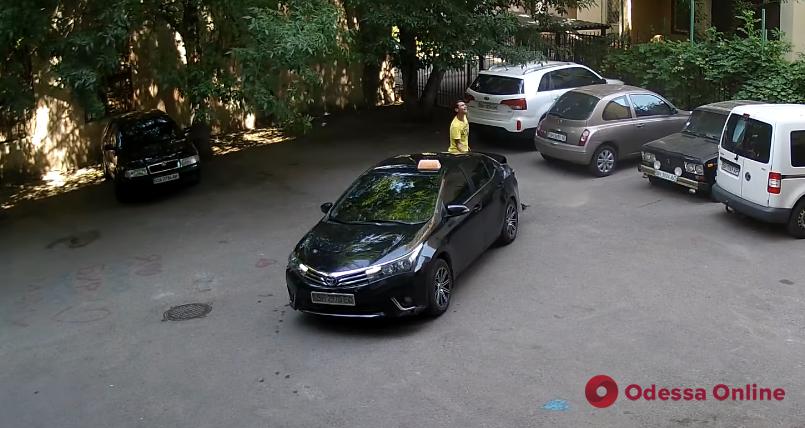 В Одессе таксист украл крышку канализационного люка (видео)