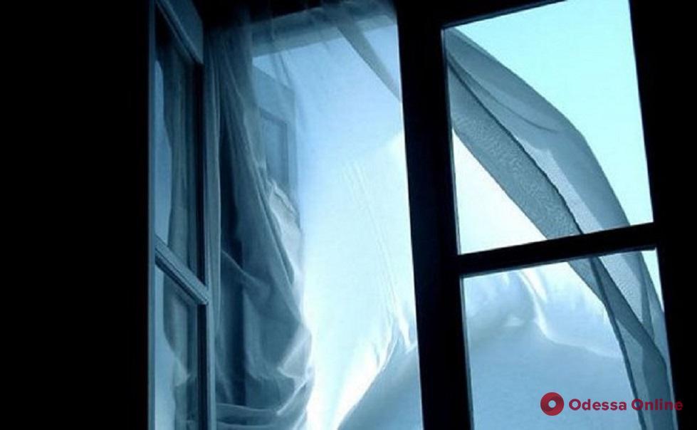 В Одессе женщина выпала из окна