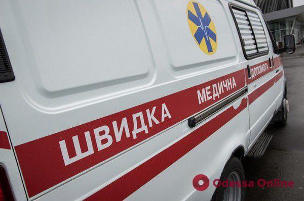 Под Одессой спасателям пришлось вытаскивать застрявшую в грязи карету скорой помощи