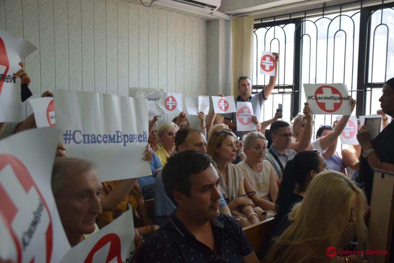 Крики «Ганьба!» и закрытое заседание — дело врачей вызвало резонанс в Одессе