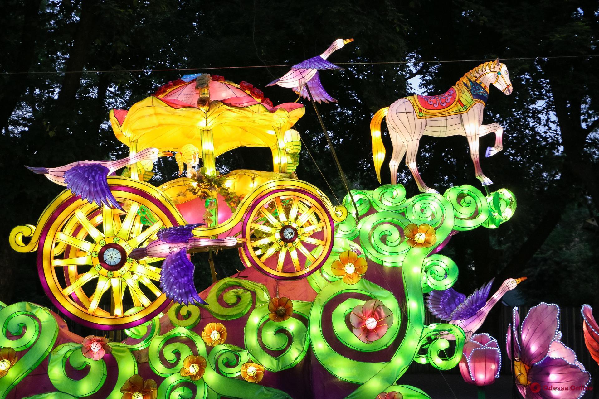 Самураи, сакура и дракон: одесситам показали гигантские китайские фонари (фоторепортаж)