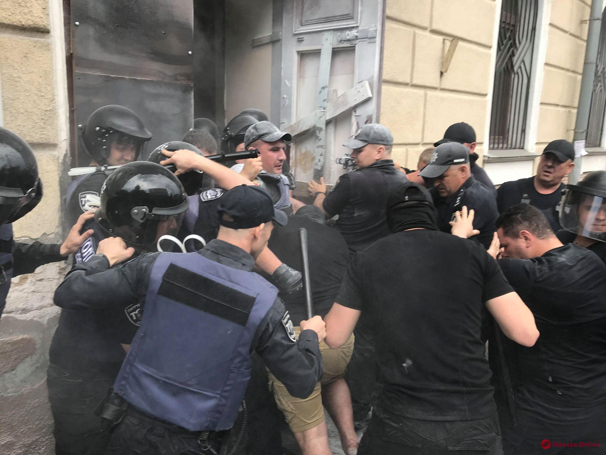 Война за Одесский медуниверситет: противники Запорожана заперлись в ректорате  — полиция штурмовала здание (видео, обновлено)