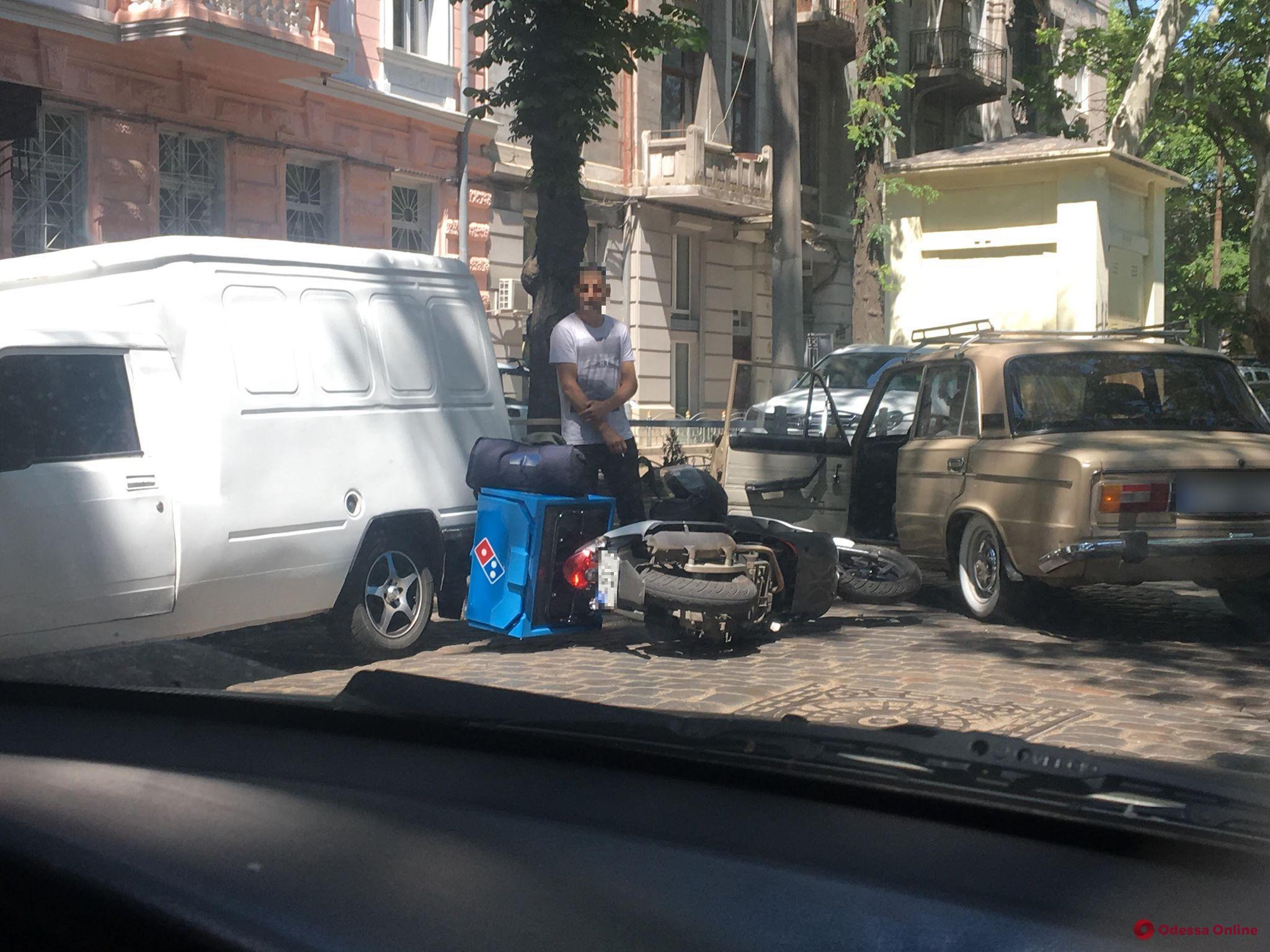 В центре Одессы мопед доставщика еды столкнулся с автомобилем «Жигули»