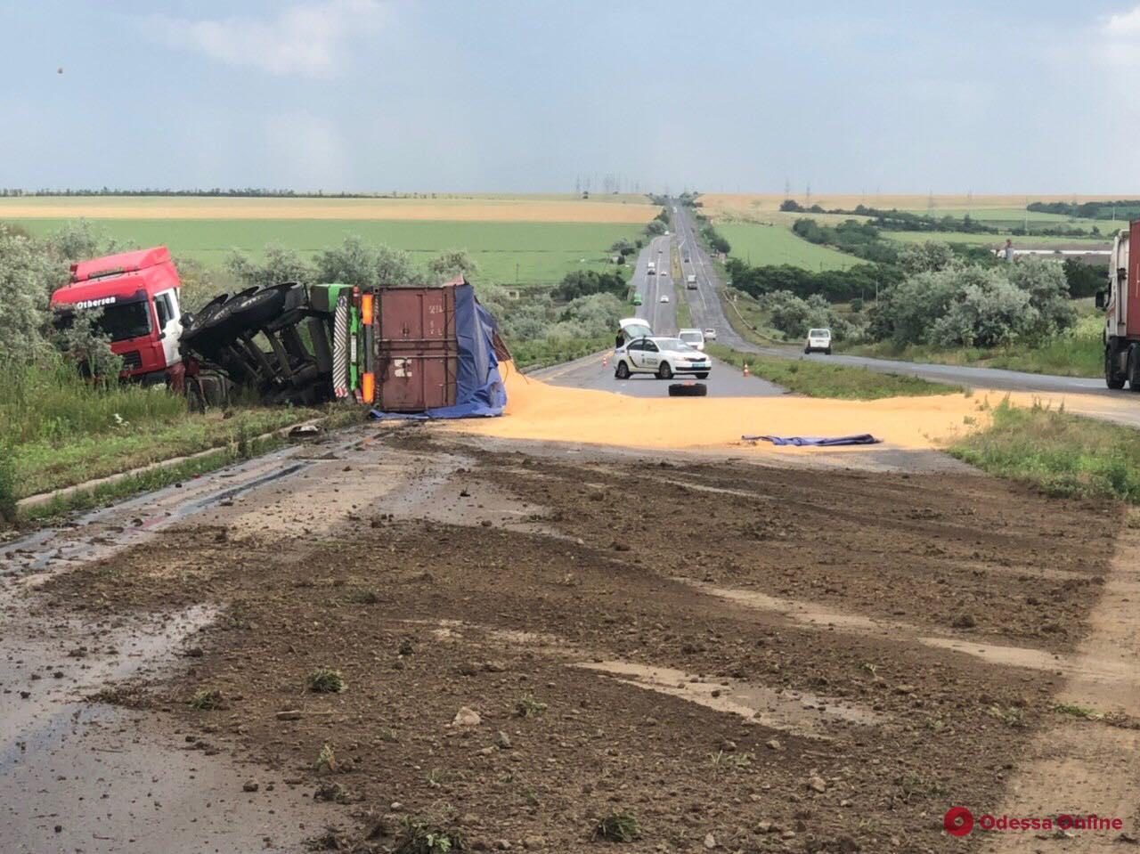 Под Одессой перевернулась фура с кукурузой