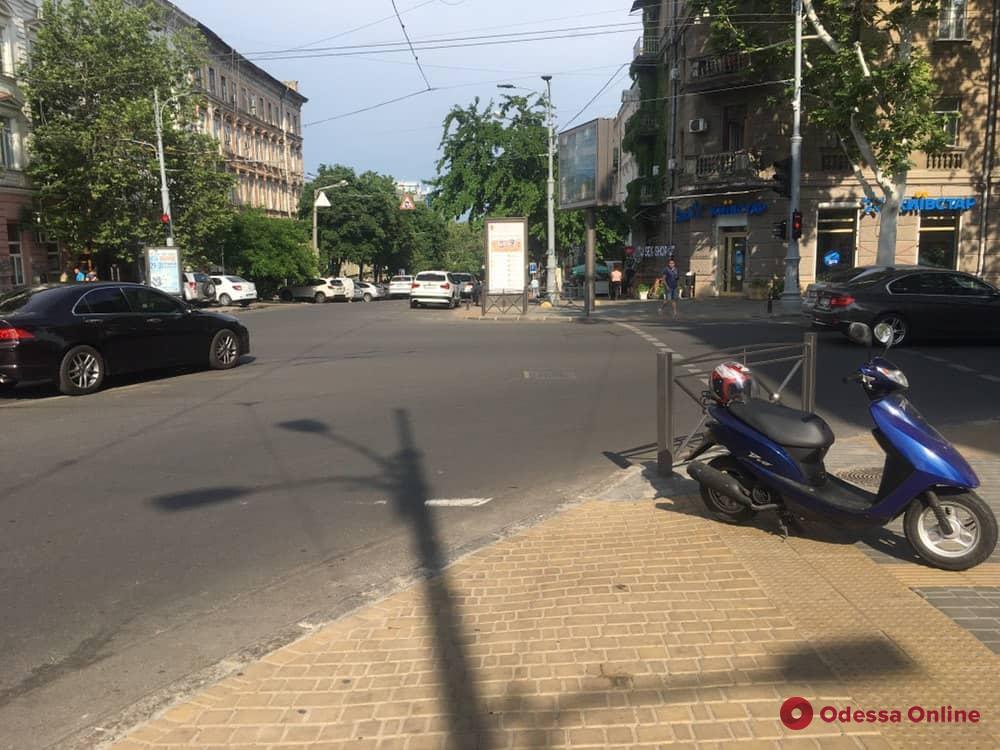В центре Одессы столкнулись Honda и мопед
