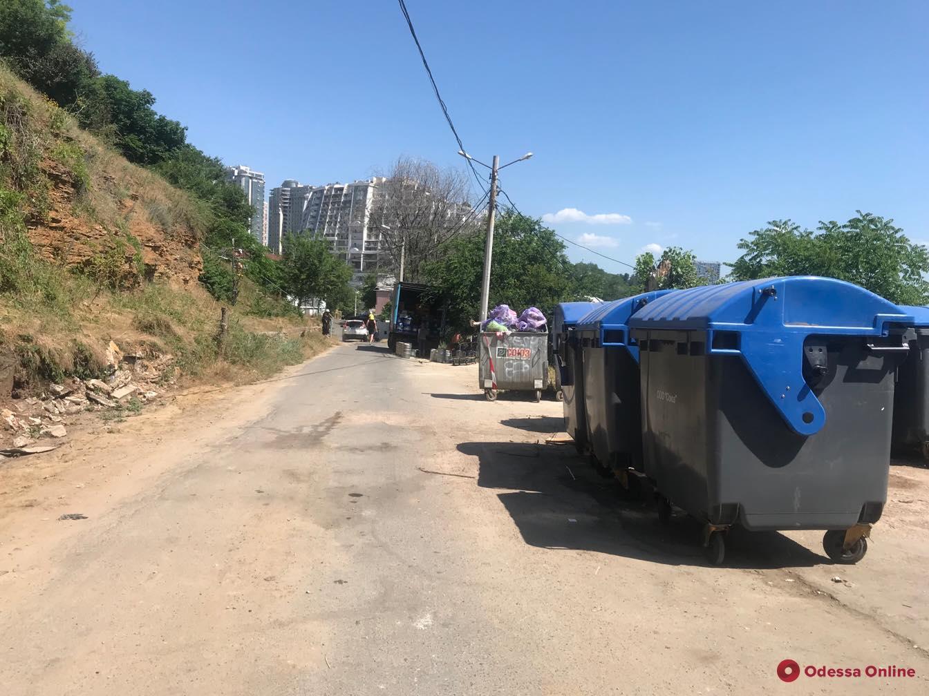 В Одессе мусоровоз сбил насмерть человека и уехал