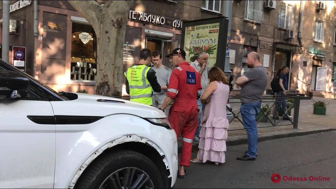 В центре Одессы столкнулись Range Rover и мопед