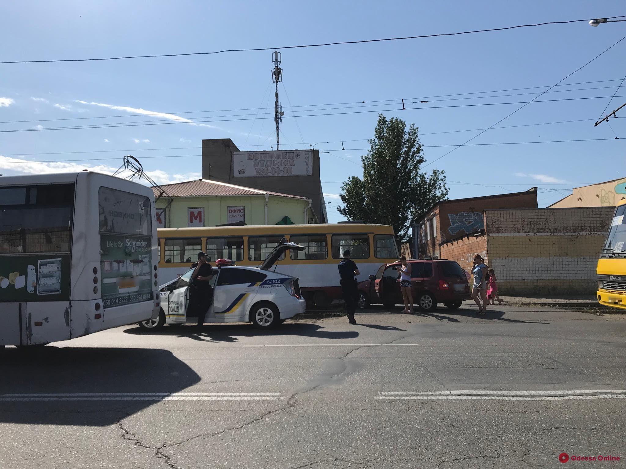 На Николаевской дороге автоледи врезалась в трамвай