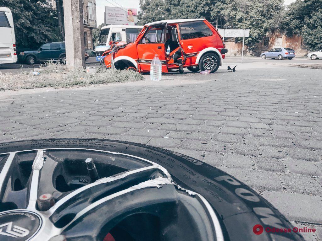 На Старосенной площади автоледи врезалась в столб