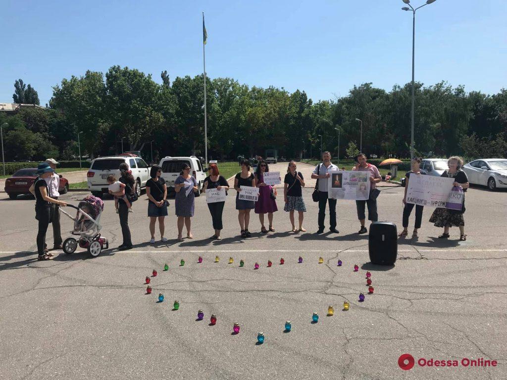 В Одессе прошел митинг в память об умерших после вакцинации детях
