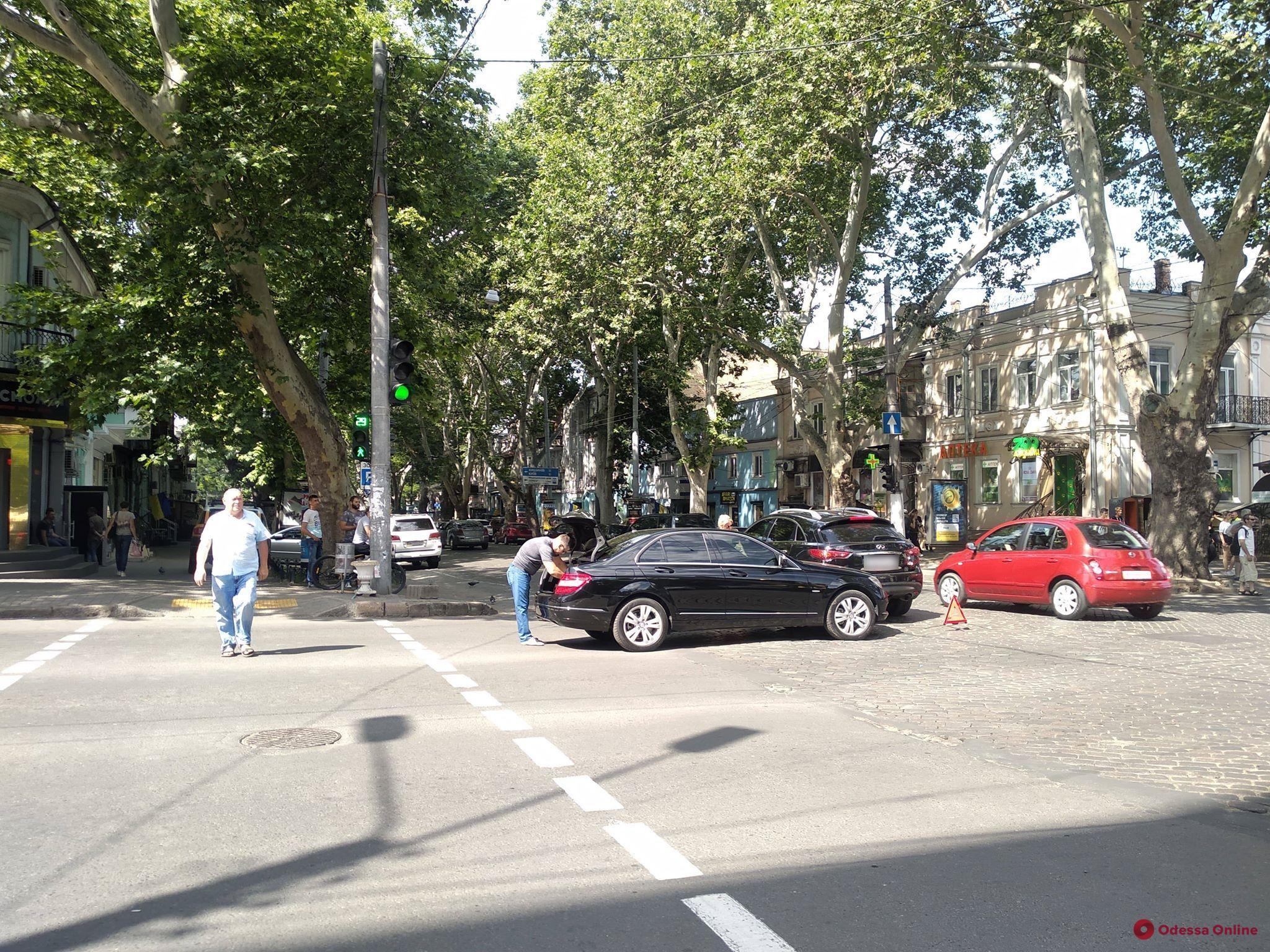 В центре Одессы столкнулись Infiniti и Mercedes