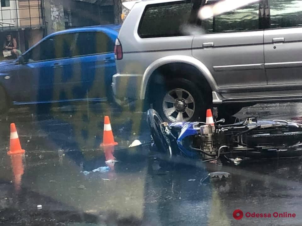 В центре Одессы столкнулись Mercedes и мотоцикл