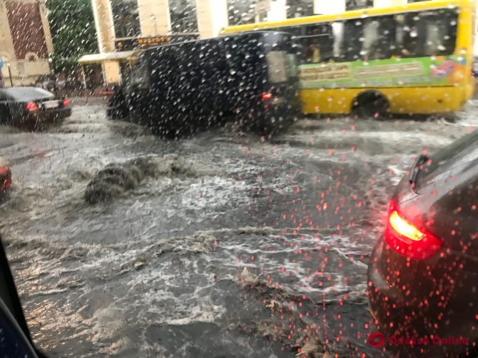 Непогода в Одессе: мрачные тучи и затопленные улицы (фото, видео)