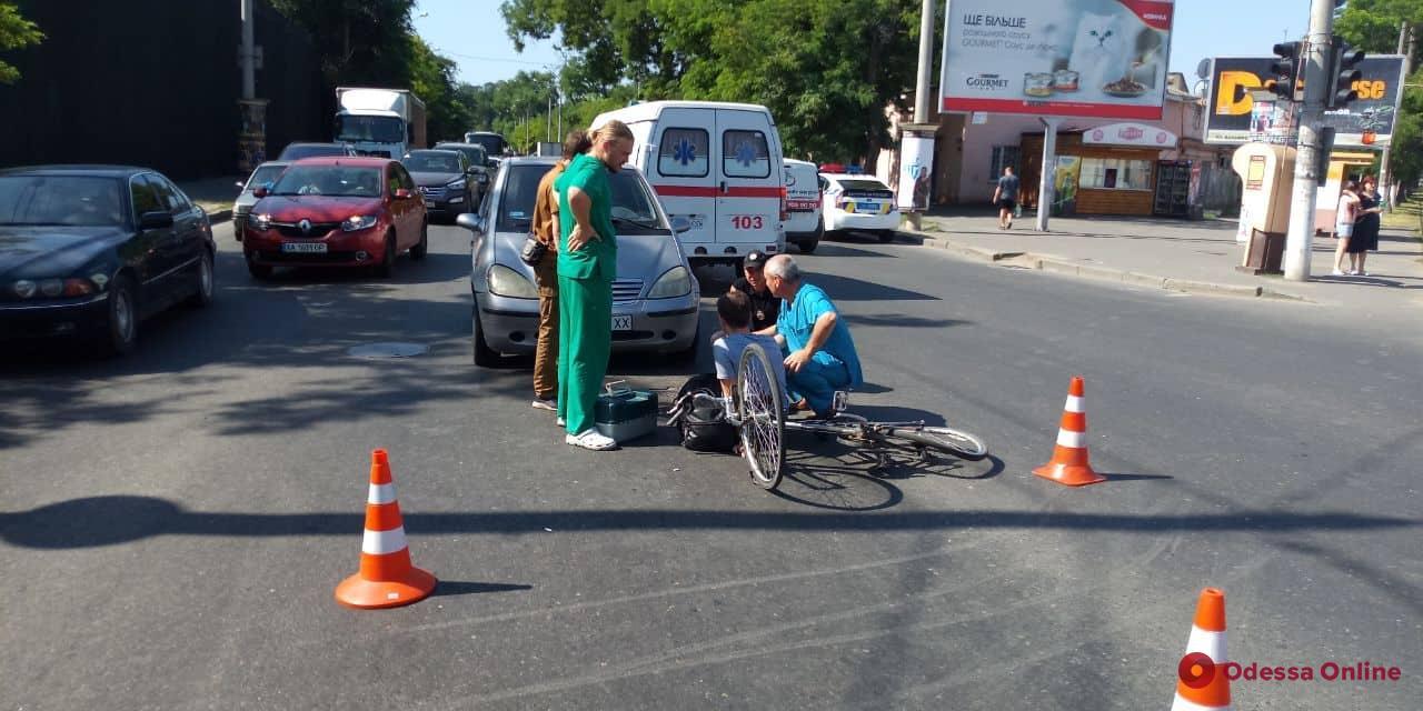 В Одессе Mercedes сбил парня