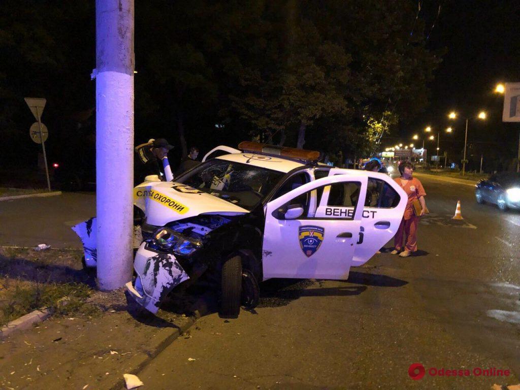 ДТП на Люстдорфской дороге: автомобиль службы охраны врезался в столб