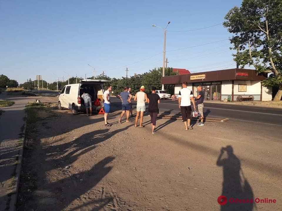 Жители села под Одессой сами восстановили «зебру» на пешеходном переходе