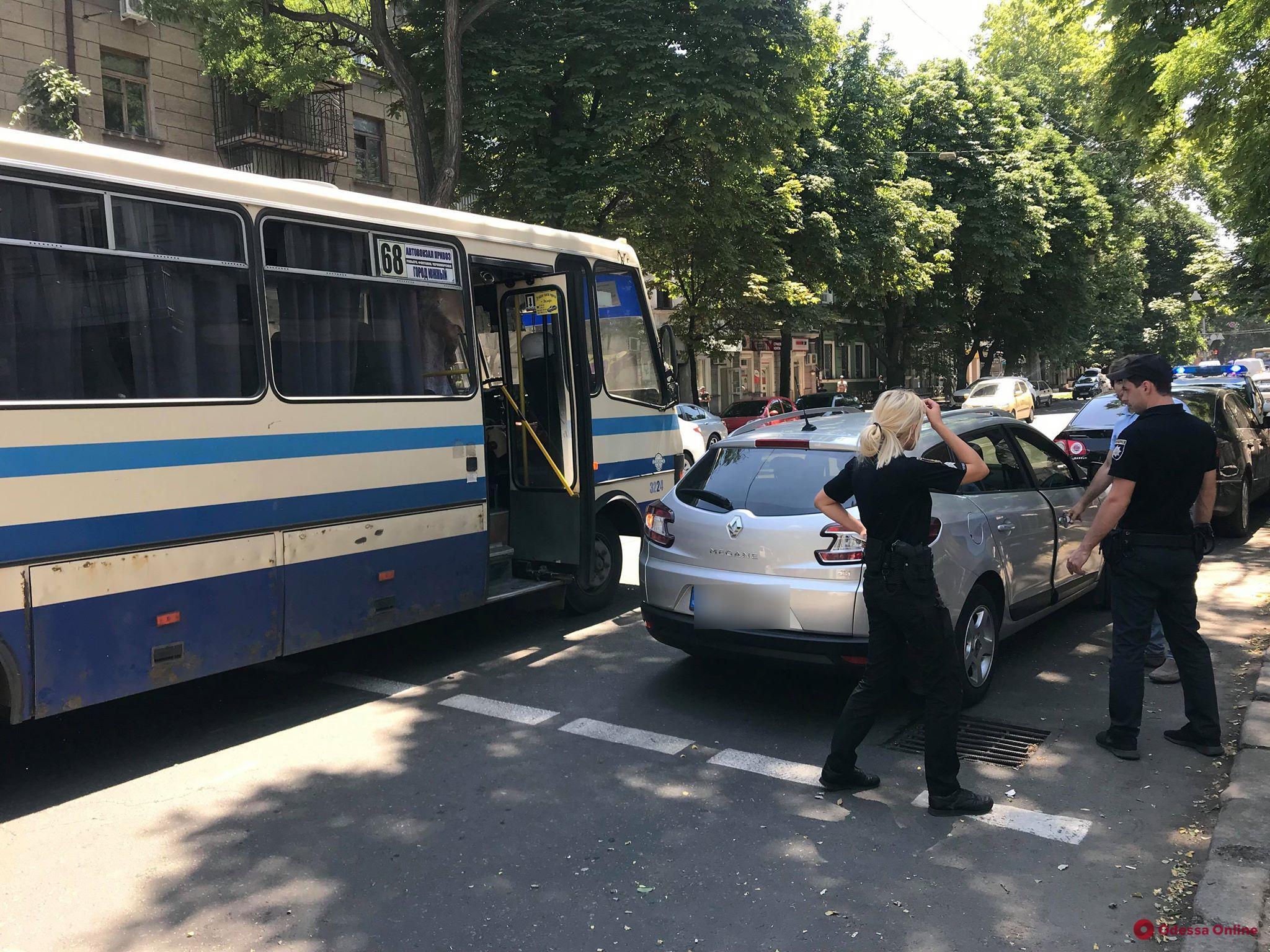 В центре Одессы столкнулись легковушка и маршрутка