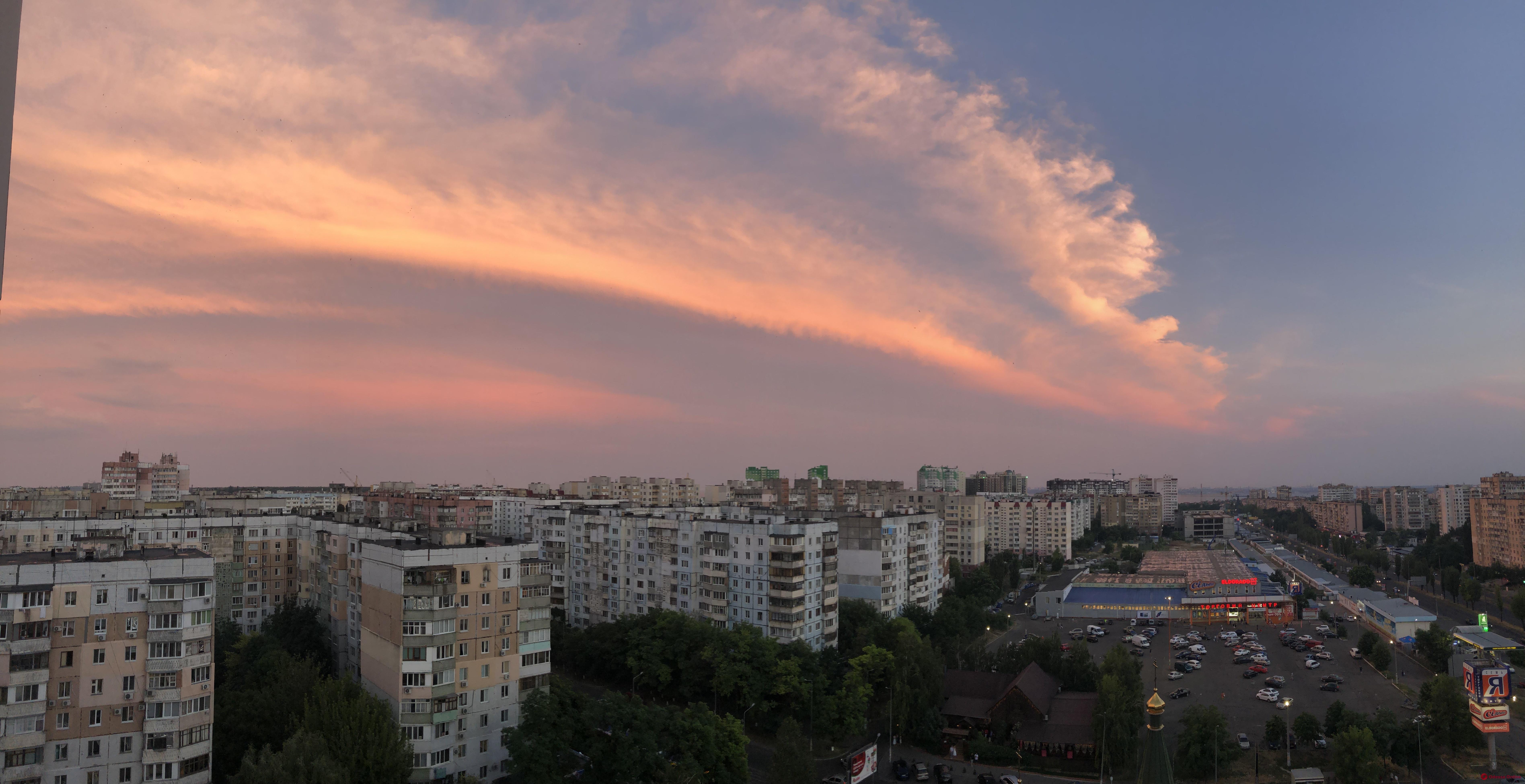 Одесситы наблюдали необычный розовый закат