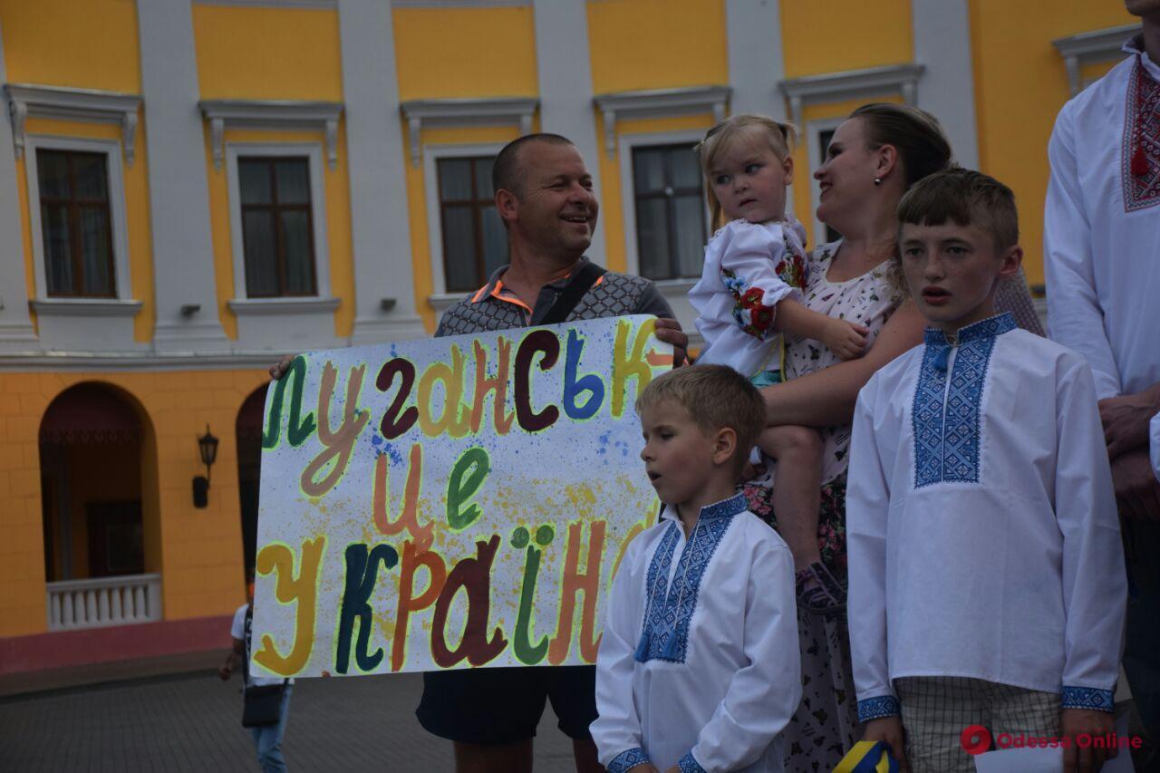 «Мы хотим домой»: дети переселенцев провели флешмоб в Одессе
