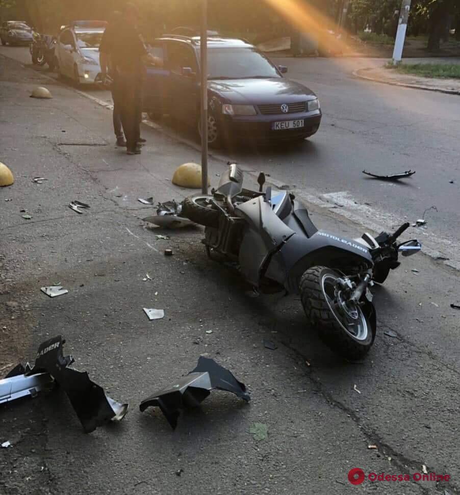 На Молдаванке столкнулись автомобиль и скутер