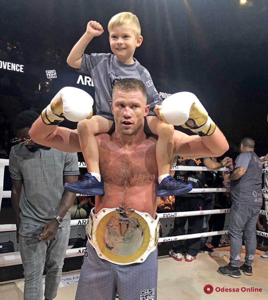 Одесский боец завоевал чемпионский пояс, уверенно победив француза