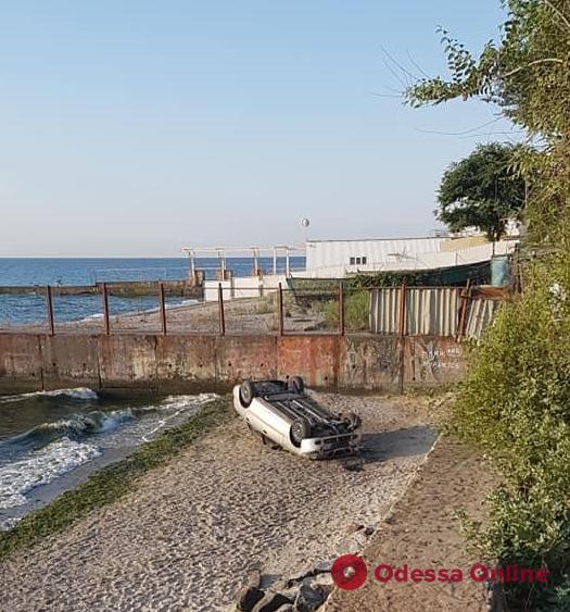 В Одессе легковушка съехала с обрыва и перевернулась (фото)