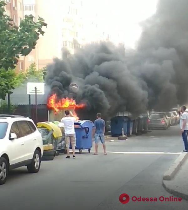 Во дворе ЖК «Радужный» тушили склад для мусорных контейнеров (видео)
