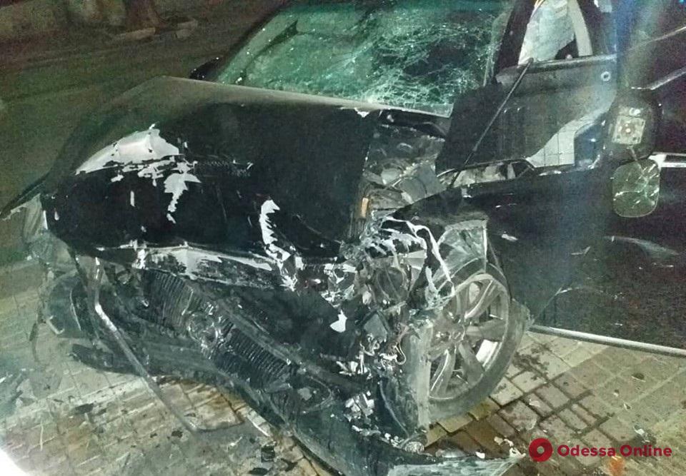 В Одессе разбился насмерть парень на угнанном «Лексусе» (обновлено)