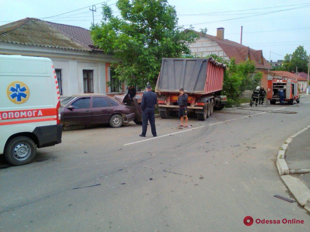 В Одесской области фура столкнулась с легковушкой и протаранила стену дома