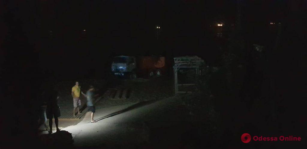На одесском пляже грузовик скатился в море