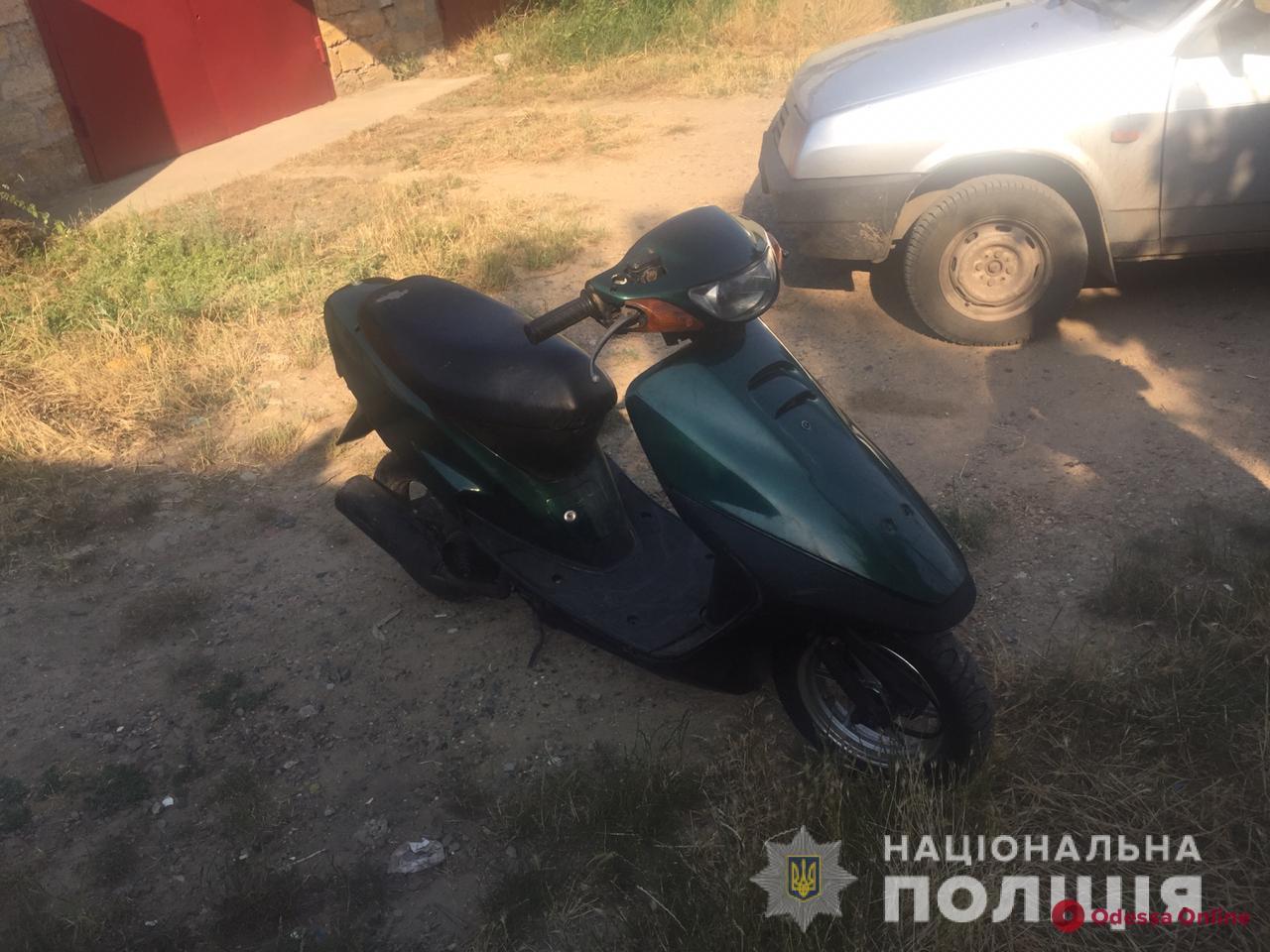 Пошутили: под Одессой двое друзей угнали мопед у своего соседа