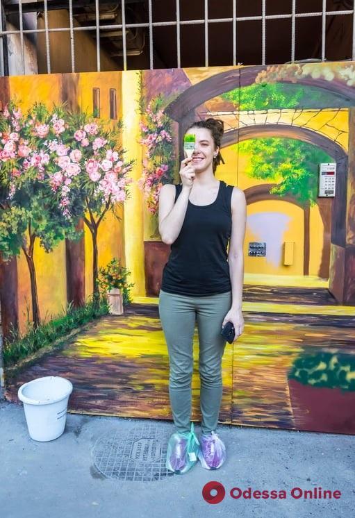 Художница украсила ворота одесского дворика красочным муралом