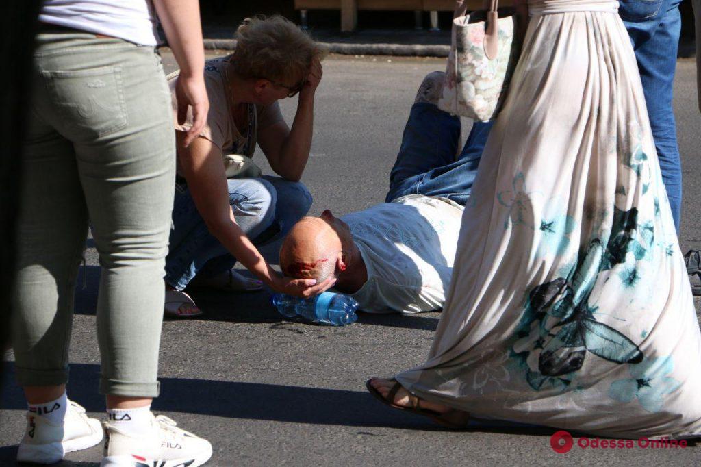 В центре Одессы девушка за рулем внедорожника сбила двух пешеходов