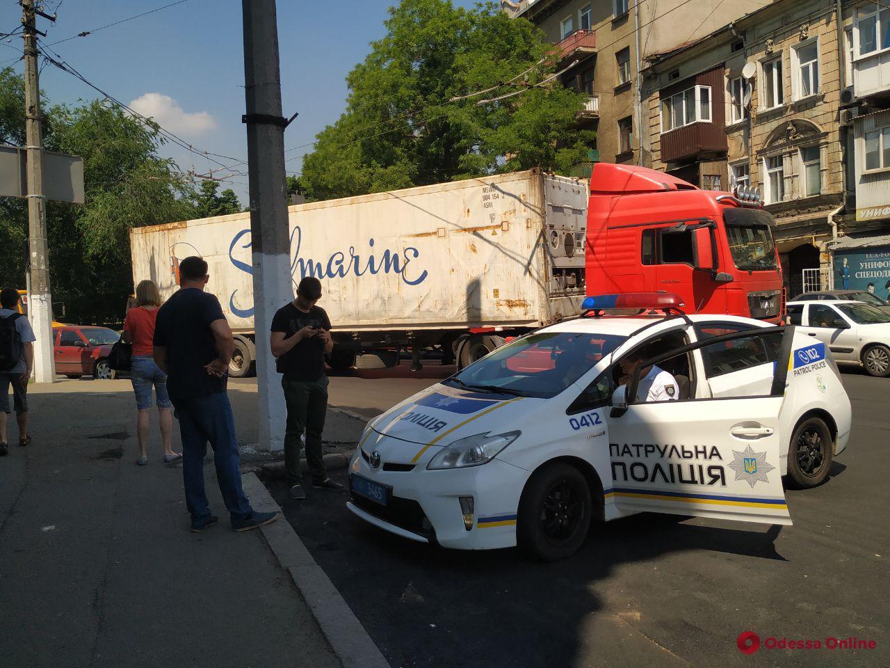 На Малой Арнаутской столкнулись грузовик и легковушка