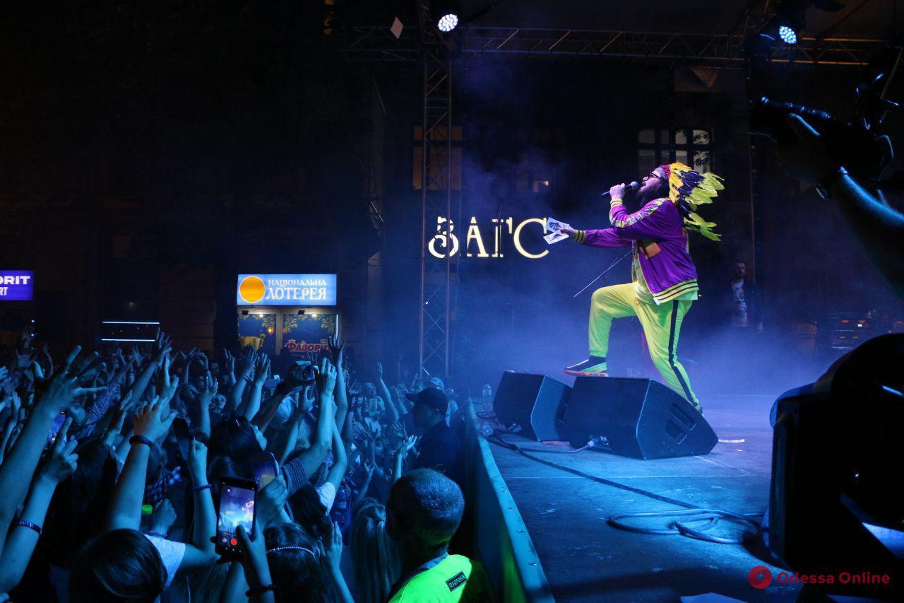 В Одессе на Дерибасовской выступила группа DZIDZIO (фото)