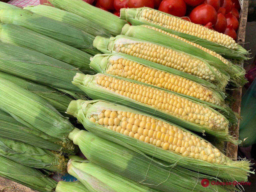 Кукуруза, персики и земляника: июньские цены на одесском «Привозе»