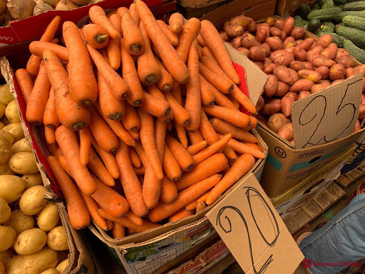Инжирный персик, клубника и кабачки: воскресные цены на одесском «Привозе»