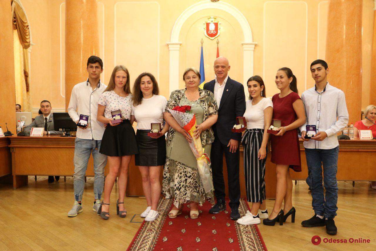 Мэр Одессы наградил лучших выпускников школ из числа детей-сирот