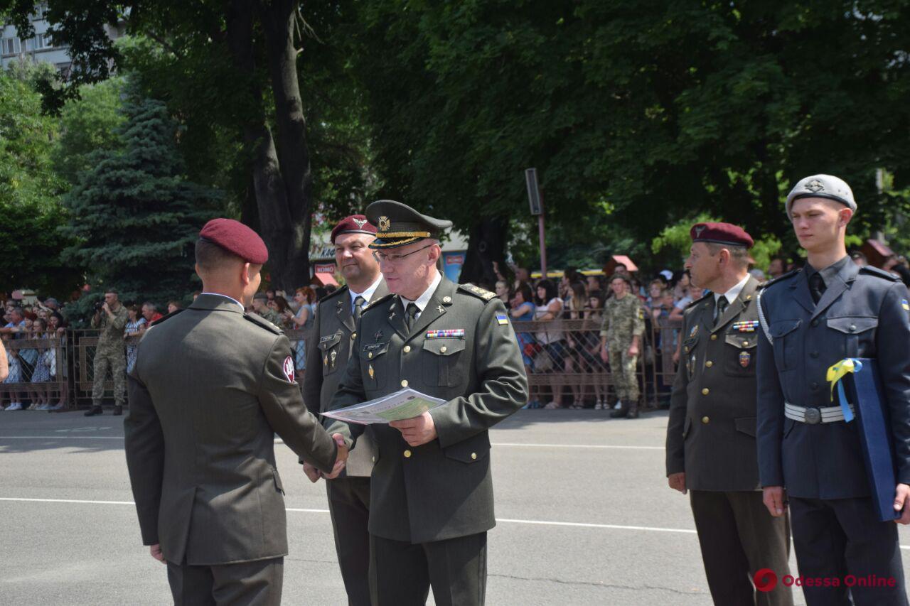 Одесса: 300 выпускников Военной академии пополнили ряды украинской армии (фото, видео)