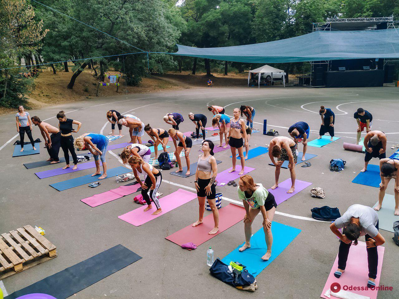 В парке Шевченко устроили настоящий йога-день (фото)